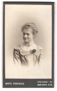 Fotografie Max Fischer, Dresden-A, Portrait junge Frau mit zusammengebundenem Haar
