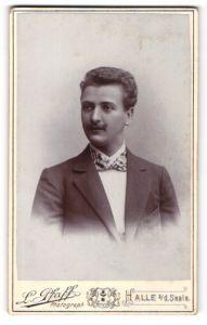 Fotografie L. Pfaff, Halle a/d Saale, Portrait junger Mann in Anzug mit Fliege