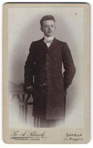 Fotografie Fr. A. Schark, Satrup i/Angeln, Portrait junger Herr in feierlicher Garderobe