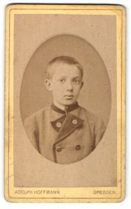 Fotografie Adolph Hoffmann, Dresden, Portrait Bub mit kurzem Haar