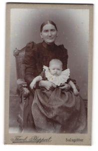 Fotografie Theod. Plappert, Salzgitter, Portrait ältere Dame mit Säugling
