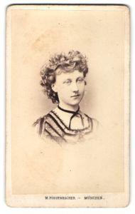 Fotografie M. Possenbacher, München, Portrait junge Dame mit lockigem Haar