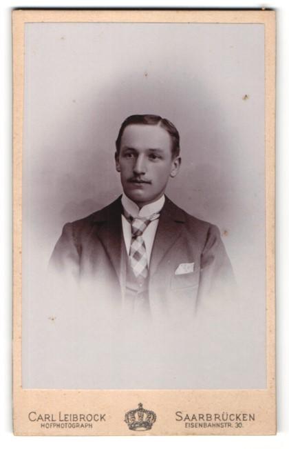Fotografie Carl Leibrock, Saarbrücken, junger Herr mit karierter Krawatte