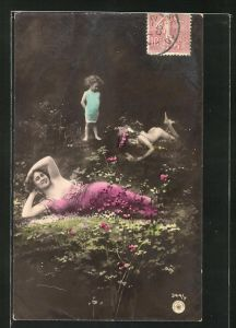 Foto-AK NPG Nr. 344 /7: Mädchen betrachtet die Frauen, die sich leichtbekleidet auf dem Waldboden räkeln