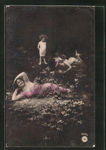 Foto-AK NPG Nr.: 344 /7: Mädchen betrachtet die leichtbekleideten Frauen, die sich auf dem Waldboden räkeln