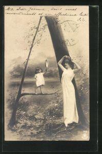 AK Der Buchstabe A als Baum, Frau und ein Mädchen mit einem Spiegel im Park