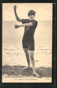 AK Sur la Plage, Baigneuse, Frau in Bademode posiert am Strand