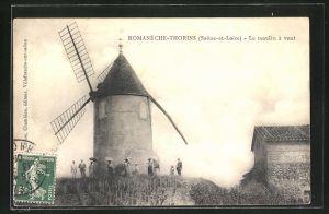 AK Romanèche-Thorins, Le moulin à vent, Ausflügler an der Windmühle