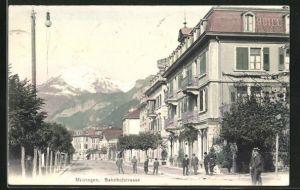 AK Meiringen, Bahnhofstrasse mit Passanten