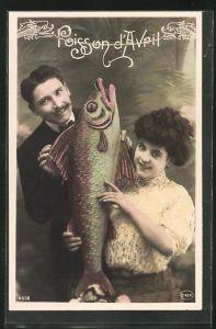 AK Bürgerliches Paar mit einem Fisch