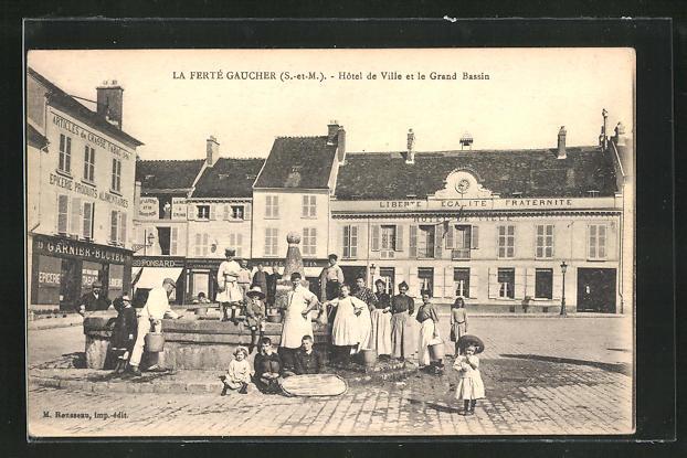 AK La Fertè-Gaucher, Hotel de Ville et la Grand Bassin 0