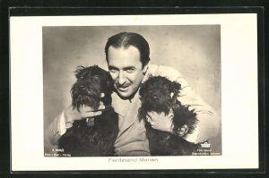 AK Schauspieler Ferdinand Marian mit zwei Hunden in den Händen