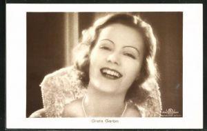 AK Schauspielerin Greta Garbo lachend