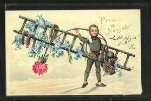 Präge-AK Schornsteinfegerjunge mit einer Leiter und Blume im Schnee, Neujahrsgruss