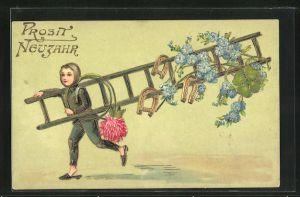 Präge-AK Schornsteinfegerjunge mit einer Leiter und Blumen, Neujahrsgruss