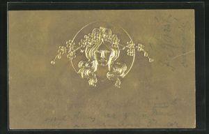 Präge-AK Frauenkopf auf Gold mit Blumen im Haar, Jugendstil