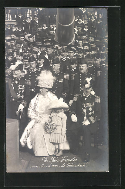 AK De Kon. Familie aan boord van de Heemskerk, Königin von den Niederlanden