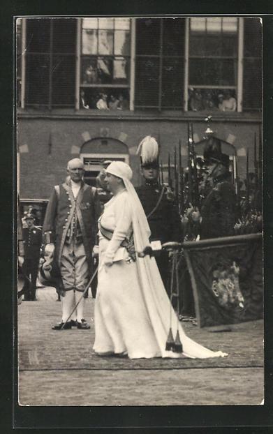 AK Königin Wilhelmina von den Niederlanden bei einem Festakt