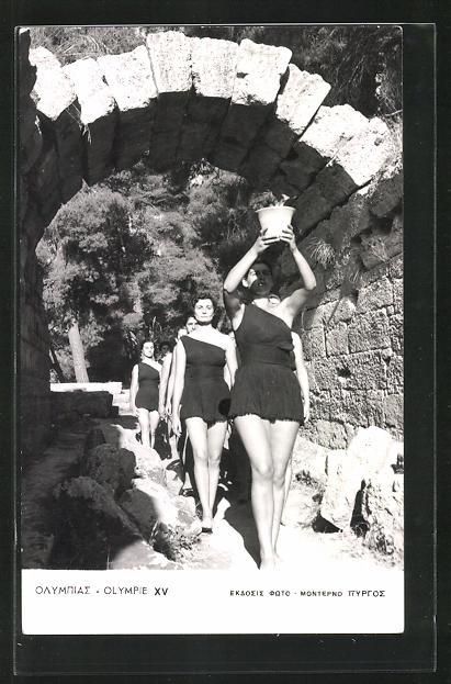 AK Helsinki, XV. Olympiade 1952, Junge Frauen tragen den Topf mit dem olympischen Feuer
