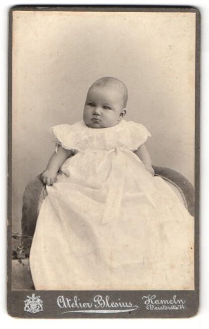 Fotografie Atelier Blesius, Hameln, Kleinkind ich langem weissem Kleid