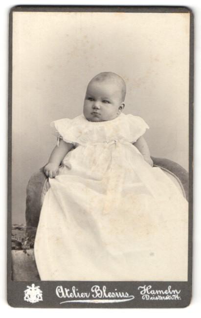 Fotografie Atelier Blesius, Hameln, Baby in langem weissem Kleid