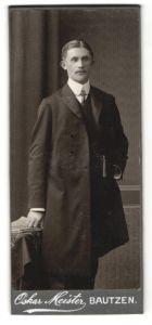 Fotografie Oskar Meister, Bautzen, junger Mann im Mantel mit Gelfrisur