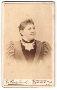 Fotografie C. Burghard, Landsberg a / Lech, Portrait ältere Dame mit zurückgebundenem Haar im Kleid mit Puffärmeln
