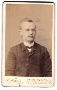 Fotografie H. Wittrock, Hamburg-St. Pauli, Portrait junger Mann mit zeitgenöss. Frisur in Anzug