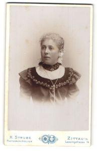 Fotografie H. Strube, Zittau i/S, Portrait junge Frau in feierlicher Garderobe