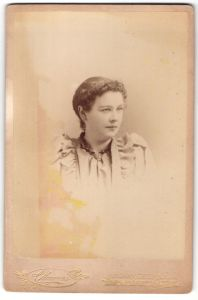 Fotografie C. Magnus, Hoboken, NJ, Portrait junge Dame mit zusammengebundenem Haar