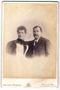 Fotografie Müller & Pilgram, Halle a/S, Portrait Herr mit Schnauzbart und Gattin