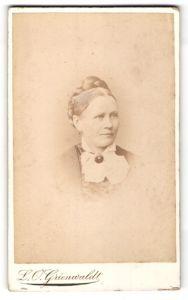 Fotografie L. O. Grienwaldt, Bremen, Portrait Frau mit geflochtenem Haar