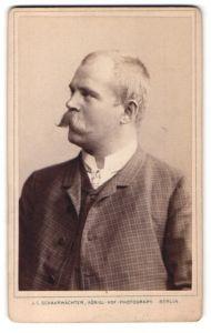 Fotografie J. C. Schaarwächter, Berlin, Portrait bürgerlicher Herr mit Schnauzbart im karierten Anzug