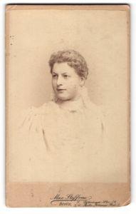 Fotografie Max Steffens, Berlin, Portrait junge Frau mit Locken im weissen Kleid