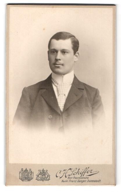 Fotografie C. H. Schiffer, Darmstadt, junger Herr mit karierter Krawatte