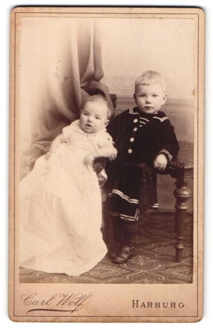 Fotografie Carl Wolf, Harburg, Junge in Matrosenanzug, Kleinkind in langem Kleid