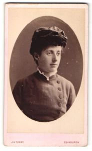 Fotografie J. G. Tunny, Edinburgh, Portrait junge Dame mit modischer Kopfbedeckung