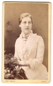 Fotografie John Fergus, Largs, Portrait junge bürgerliche Dame mit Kreuzkette und Blumenkörbchen im weissen Kleid
