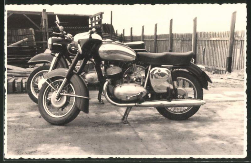Fotografie Motorrad Jawa 350 und MZ-ES, Krad auf einem Bauhof stehend