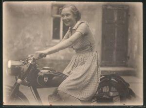 Fotografie Motorrad DKW-IFA, junge Dame im Sommerkleid auf Krad sitzend