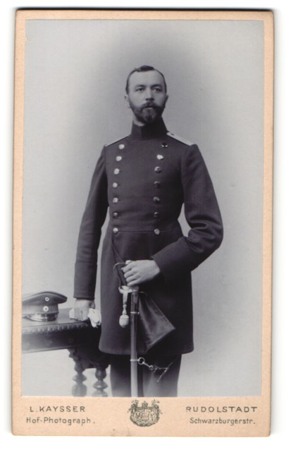 Fotografie L. Kaysser, Rudolstadt, Portrait Leutnant in Uniformmantel mit Säbel