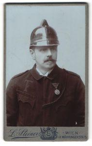 Fotografie L. Steiner, Wien, Portrait Feuerwehrmann in Uniform mit Orden und Helm