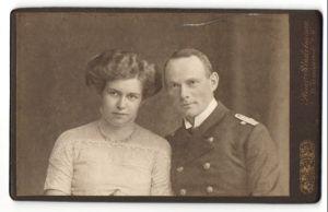 Fotografie Heinr. Stadelmann, Wernigerode a/H, Portrait Leutnant der Kaiserl. Marine und Gattin