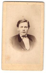 Fotografie C. Huster, Siegen, Portrait junger Mann mit Fliege im Anzug