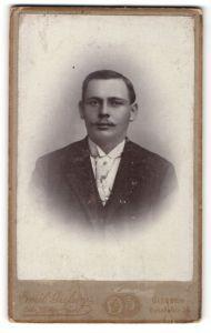 Fotografie Emil Giefson, Giessen, Portrait junger bürgerlicher Herr mit Zwirbelbart u. Krawatte im Anzug