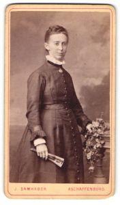 Fotografie J. Samhaber, Aschaffenburg, Portrait junge Frau in feierlicher Kleidung
