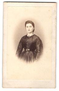 Fotografie A. H. Burdorf, Hildesheim, Portrait junge Dame mit Gürtelschnalle mit Portrait