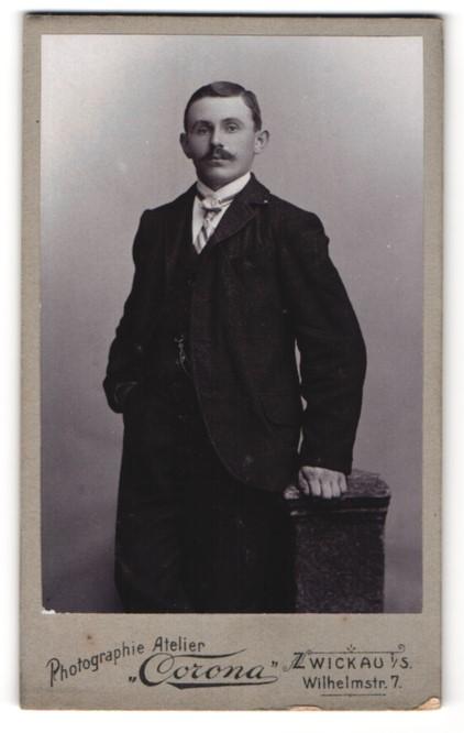 Fotografie Atelier Corona, Zwickau i/S, Portrait junger Mann in Anzug