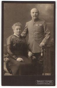 Fotografie Adalbert Werner, München, Portrait Leutnant mit Ordenspange und Gattin