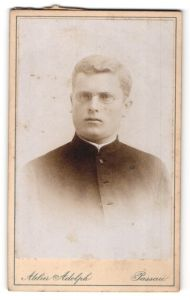 Fotografie Atelier Adolph, Passau, Portrait junger Geistlicher in Talar